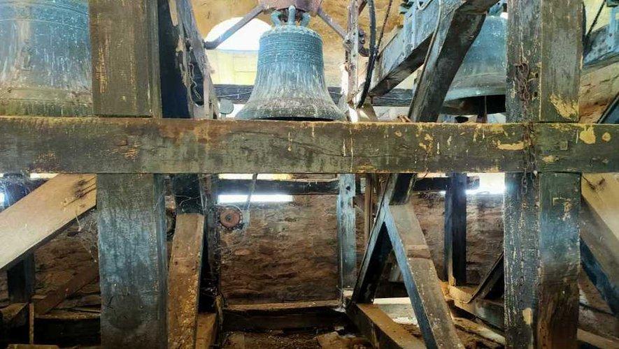 Partie haute du clocher avec ses trois cloches.