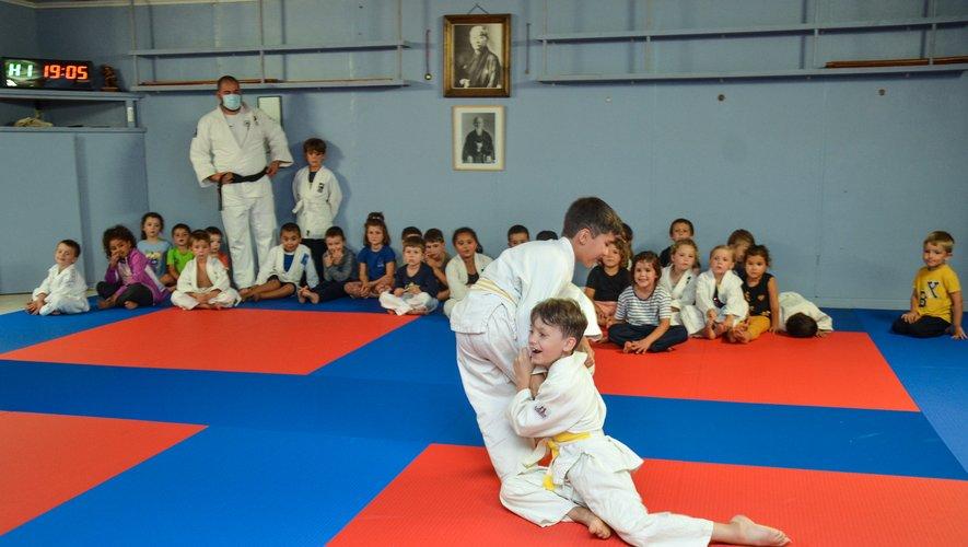 Des enfants enthousiastes sur un tatami entièrement neuf.