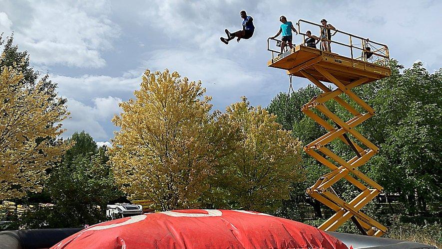 Un étudiant saute de 10 mètres sur le Big Air Bag..