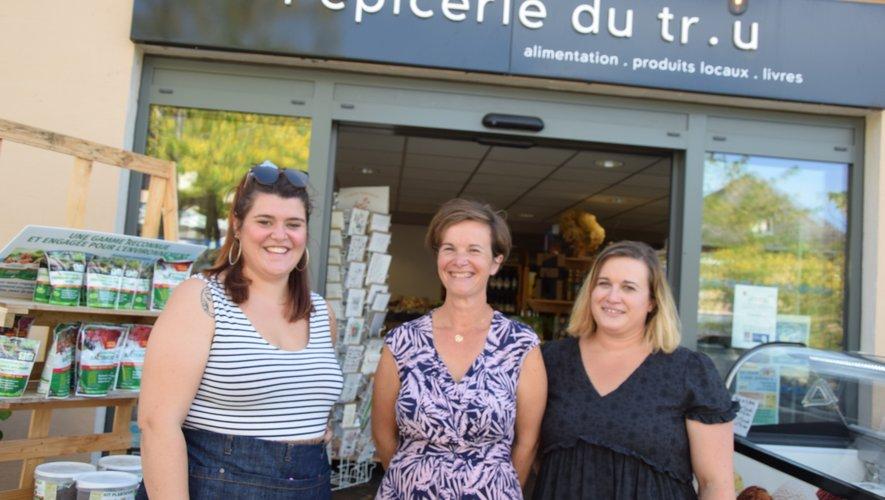 Sarah, crémière et nouvelle venue avec les sœurs Rachelet Claire à la tête de l'épicerie.