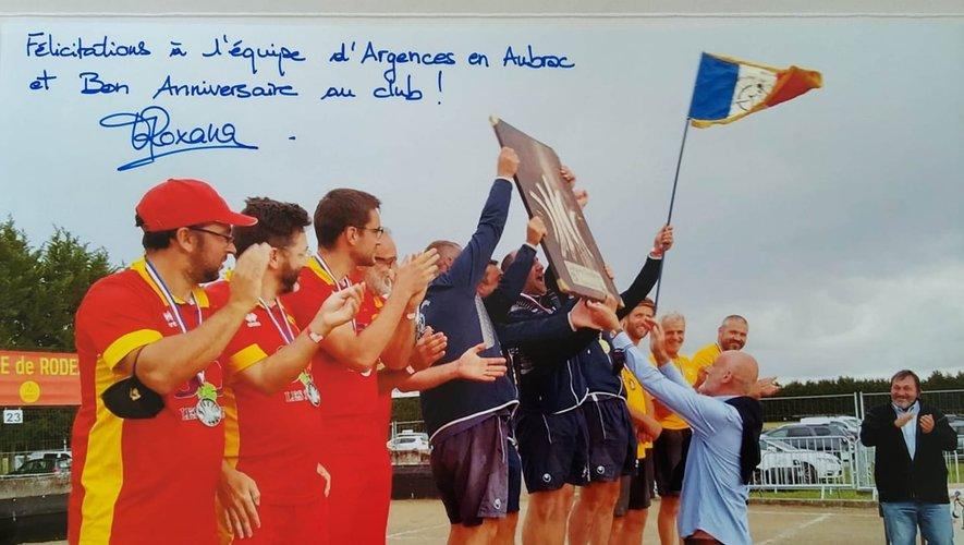 Dimanche 1er août, la quadrette de Christophe Marcillac, recevait des mains de Stéphane Mazars, le trophée de champions de France.