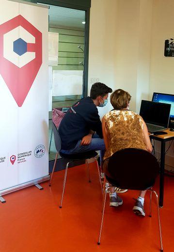 Avec patience et compétence, Justin aide les habitants à devenir autonomes avec leur équipement informatique