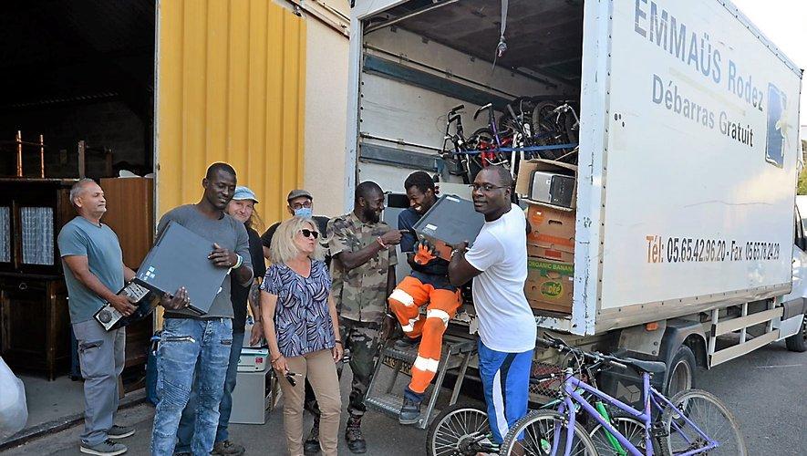 Bernard Koffiet les compagnons d'Emmaüs ont rempli un camionle matériel informatiqueet de vélos en destinationde la Côte d'Ivoire.