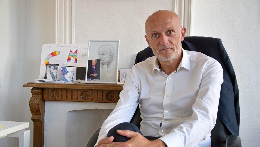 Stéphane Mazars dans le bureau de sa permanence parlementaire à Rodez.  A l'arrière plan, une photo de Robert Badinter.
