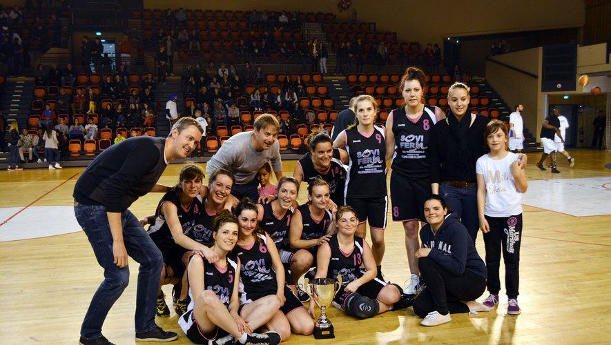En 2016, Guillaume Devals (à gauche), alors président du club de basket de Rieupeyroux, mais également entraîneur des seniors filles avec Rémi Chauchard, avait soulevé la coupe du comité sur le parquet de l'Amphithéâtre de Rodez.