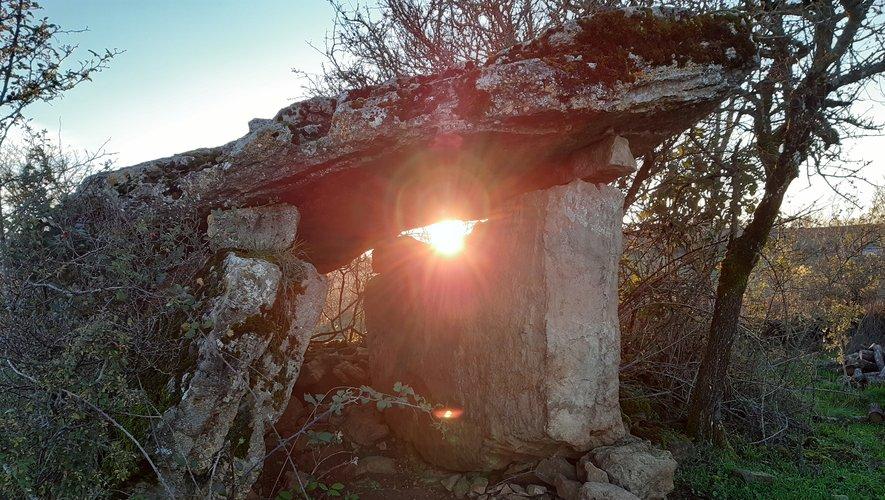 Les dolmens, érigés principalement dans la période du néolitithique, orienteront entre autres les échanges.