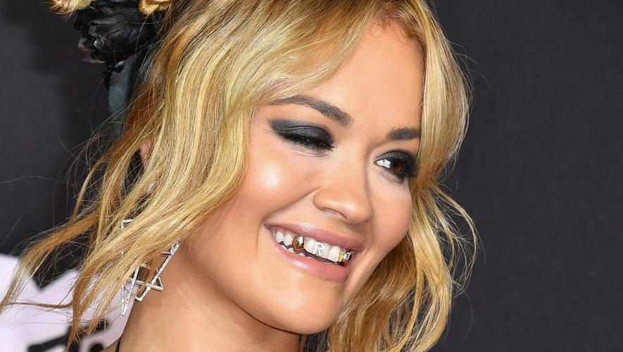 Rita Ora a débarqué aux MTV Video Music Awards avec plusieurs bijoux de dents.