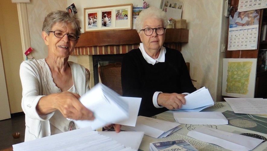 Rose-Marie et Colette à l'heure de la mise sous enveloppes.