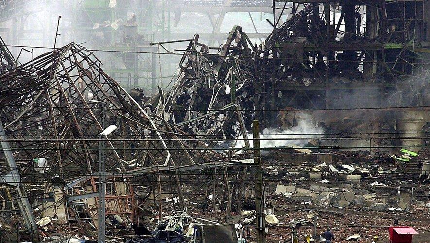 L'usine de pétrochimie a explosé à 10 h 17, un cratère de 70 m de long et 40 m de large se forme : en cause, le nitrate d'ammonium.