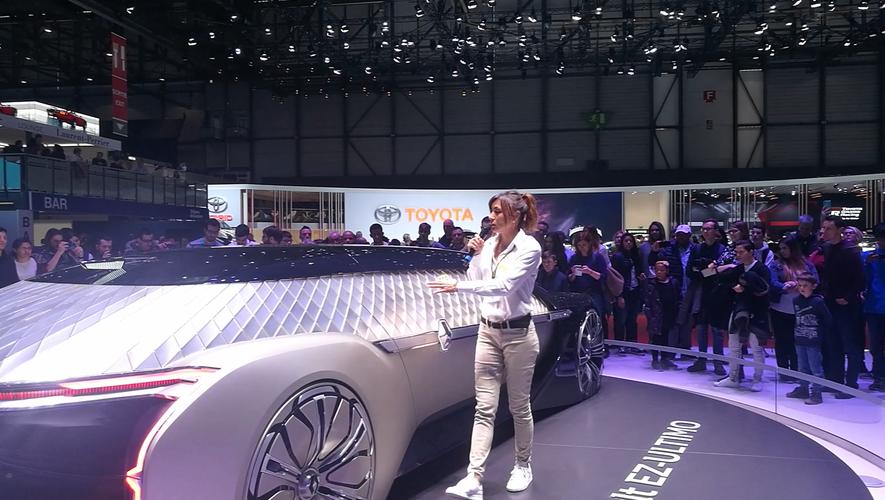 Derrière un volant ou micro en main, comme ici sur le Salon automobile de Genève, la Ruthénoise garde toujours un goût prononcé pour les défis @CB