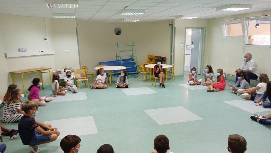 Les élèves CM1-CM2 au cours de théâtre.
