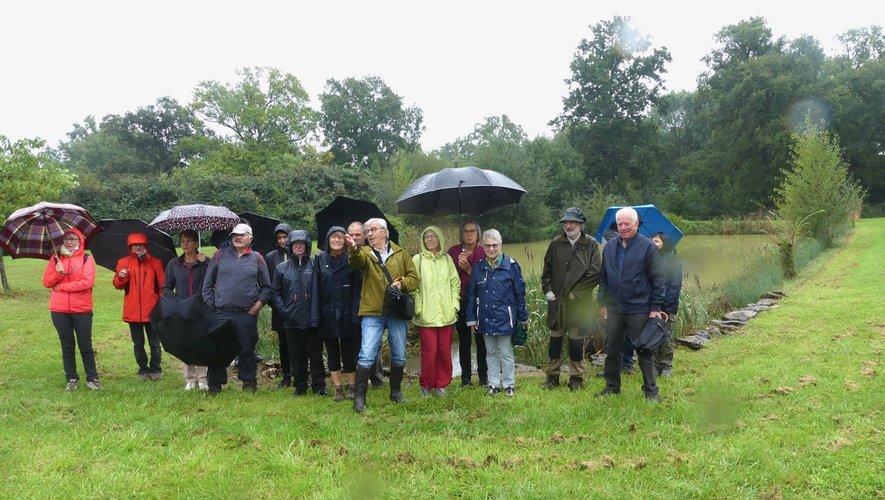 Sous une pluie fine les visiteurs découvrent Barriac