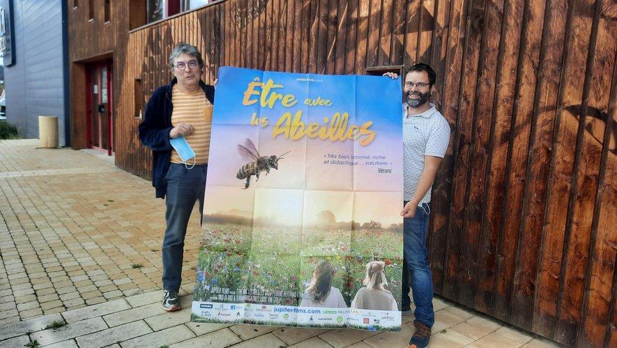 Pierre Romaszko et Arnaud Segond avec l'affiche du film qui éveille les consciences.