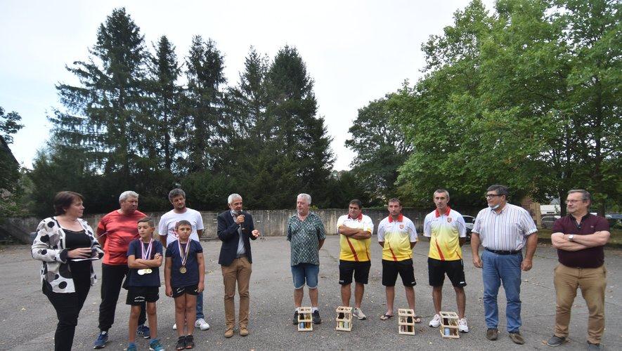 Le maire et le conseil municipal remettent la médaille de la ville aux champions