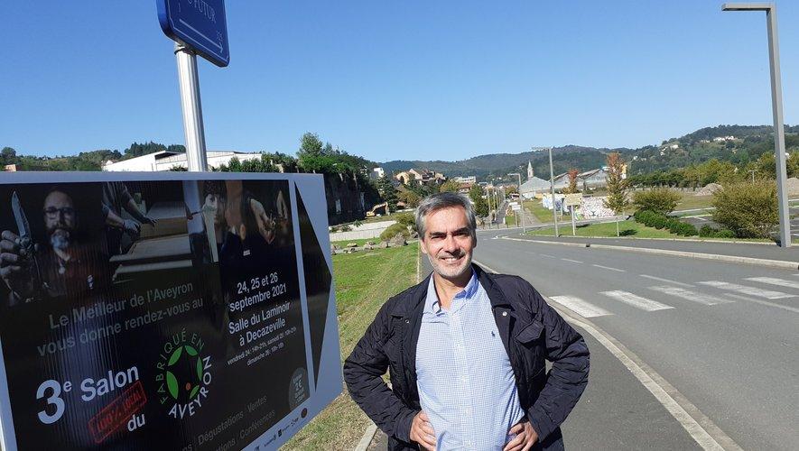 Pierre Censi, responsable de la société PAC communication, devant un panneau du Salon.