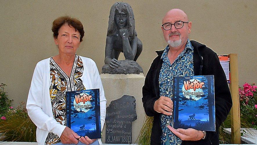 Annie Bel et Richard Sleizak présentent la nouvelle bande dessinée devant la statuede Victor.