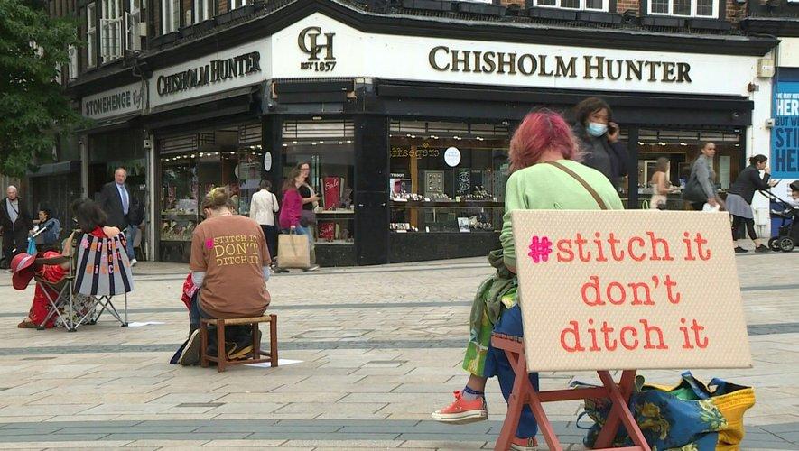 """A Londres, des """"Couturiers de rue"""" réparent des vêtements en public pour éveiller les consciences"""