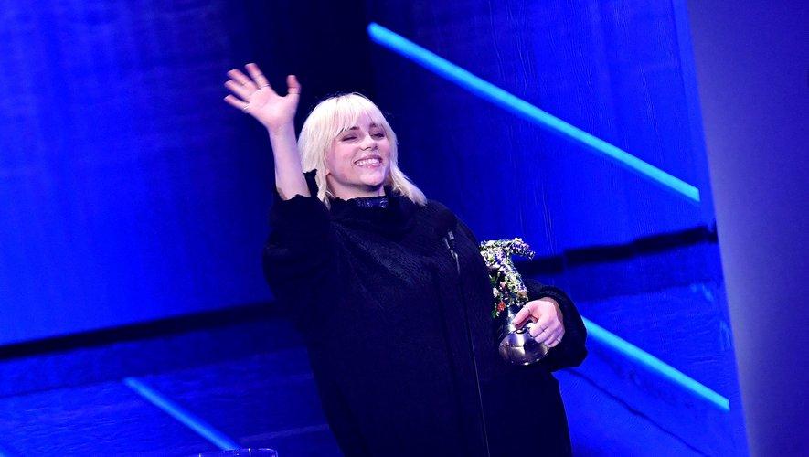 """Billie Eilish interprète la chanson titre du prochain James Bond, """"Mourir peut attendre""""."""