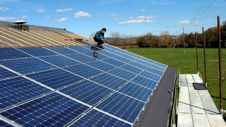 L'installation de panneaux solaire permet la production d'énergie sur le territoire et de réduire l'empreinte écologique.