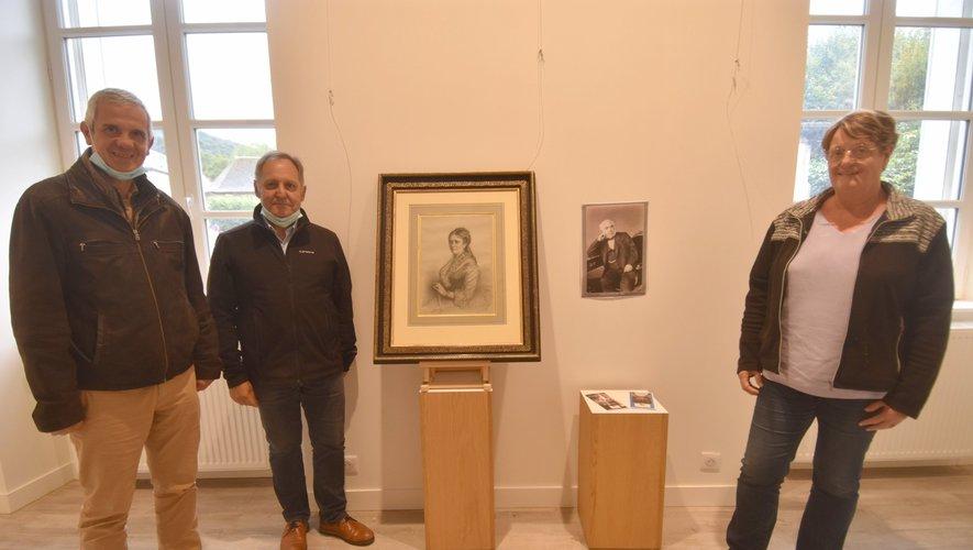 Le maire, M. Bories ; le conseiller, M. Bourriane et son épouse devant le portrait de Marie Talabot.