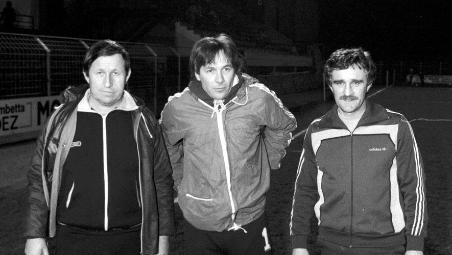 Serge Mésonès entouré de Guy Roux et de Michel Poisson, en janvier 1984, lors du match Rodez-Auxerre. /