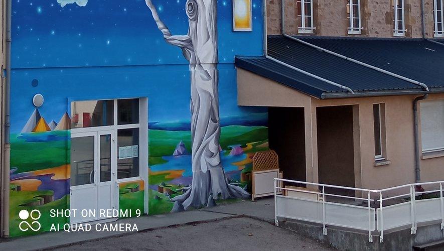 La fresque de Jokolor recouvre toute la face du bâtiment et est visible de la voie publique.
