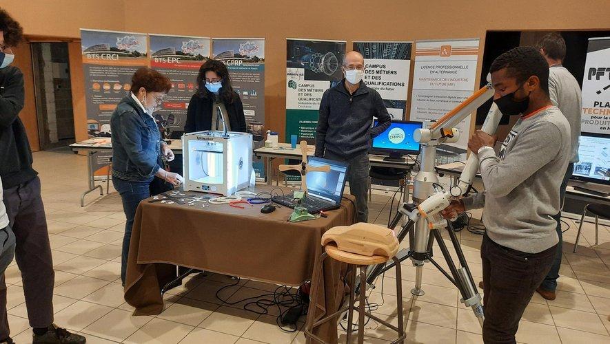 Au village des « savoir-faire », découvrez le lycée la Découverte à Decazeville et le campus des métiers, avec notamment une démonstration à la pointe de la technologie. À partir du scanner 3D, il est possible d'imprimer un objet en 3D via un ordinateur.