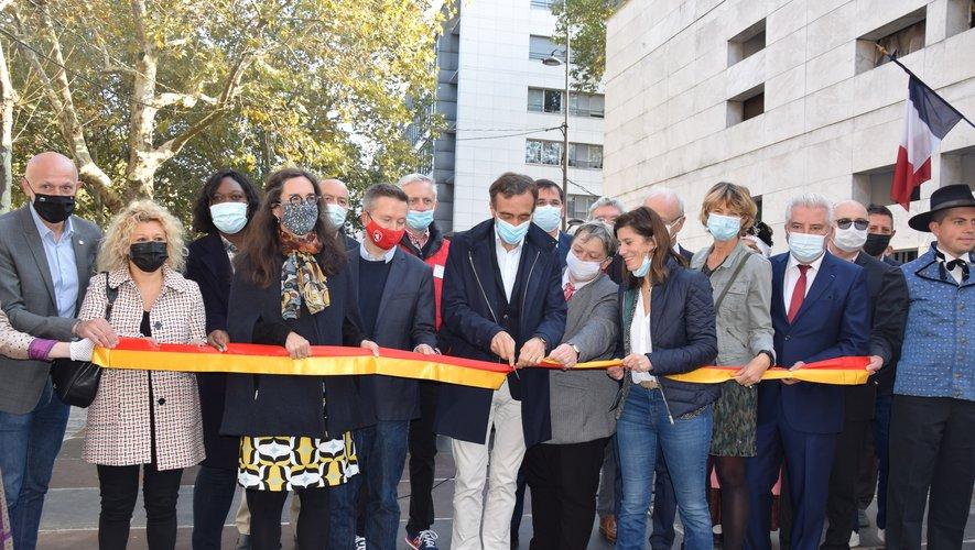 Parrain de la 21e édition, le président du Département Arnaud Viala a coupé, hier matin, le ruban de l'inauguration du marché des pays de l'Aveyron à Bercy.