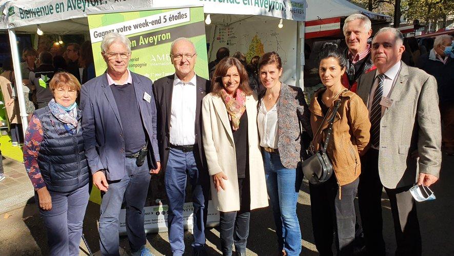 La maire de Paris Anne Hidalgo a fait le tour des stands, accompagnée par une partie de l'équipe organisatrice.