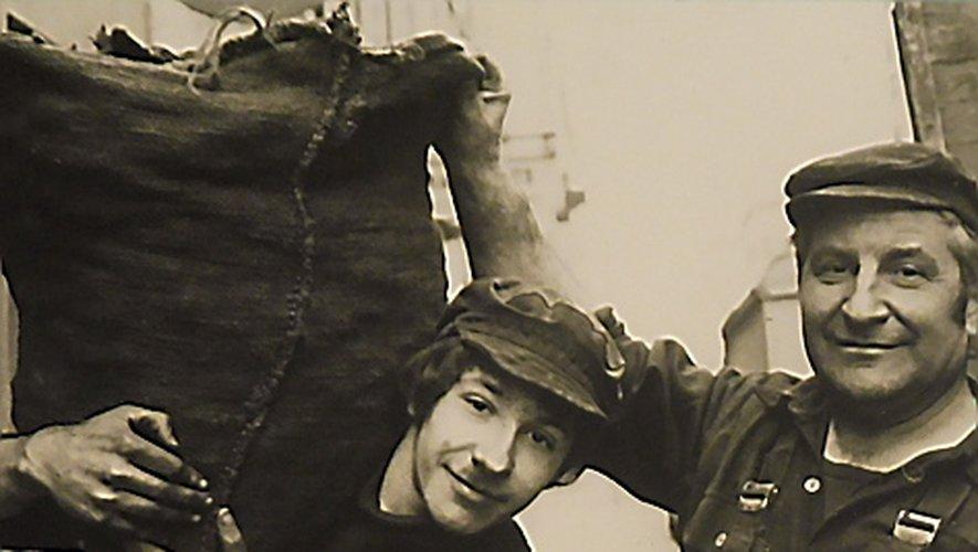 Henri Rouquette et son fils Régis au charbon.