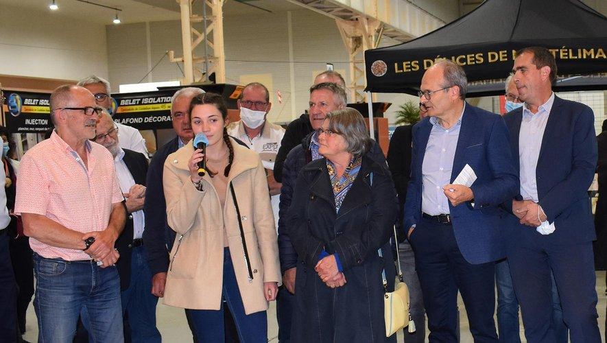 Camille, avec le micro lors de l'inauguration, a été félicitée pour avoir participé à l'affiche de cette foire-expo.