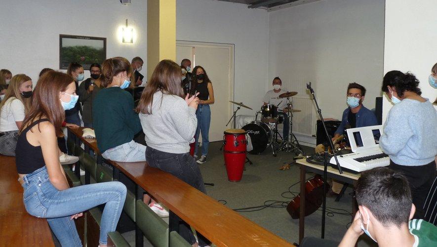 L'atelier musique : les élèves s'essaient aux instruments.