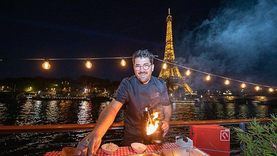 Sébastien Gaches a assuré le spectacle avec son flambadou, sur le toit de la péniche, en début de soirée.